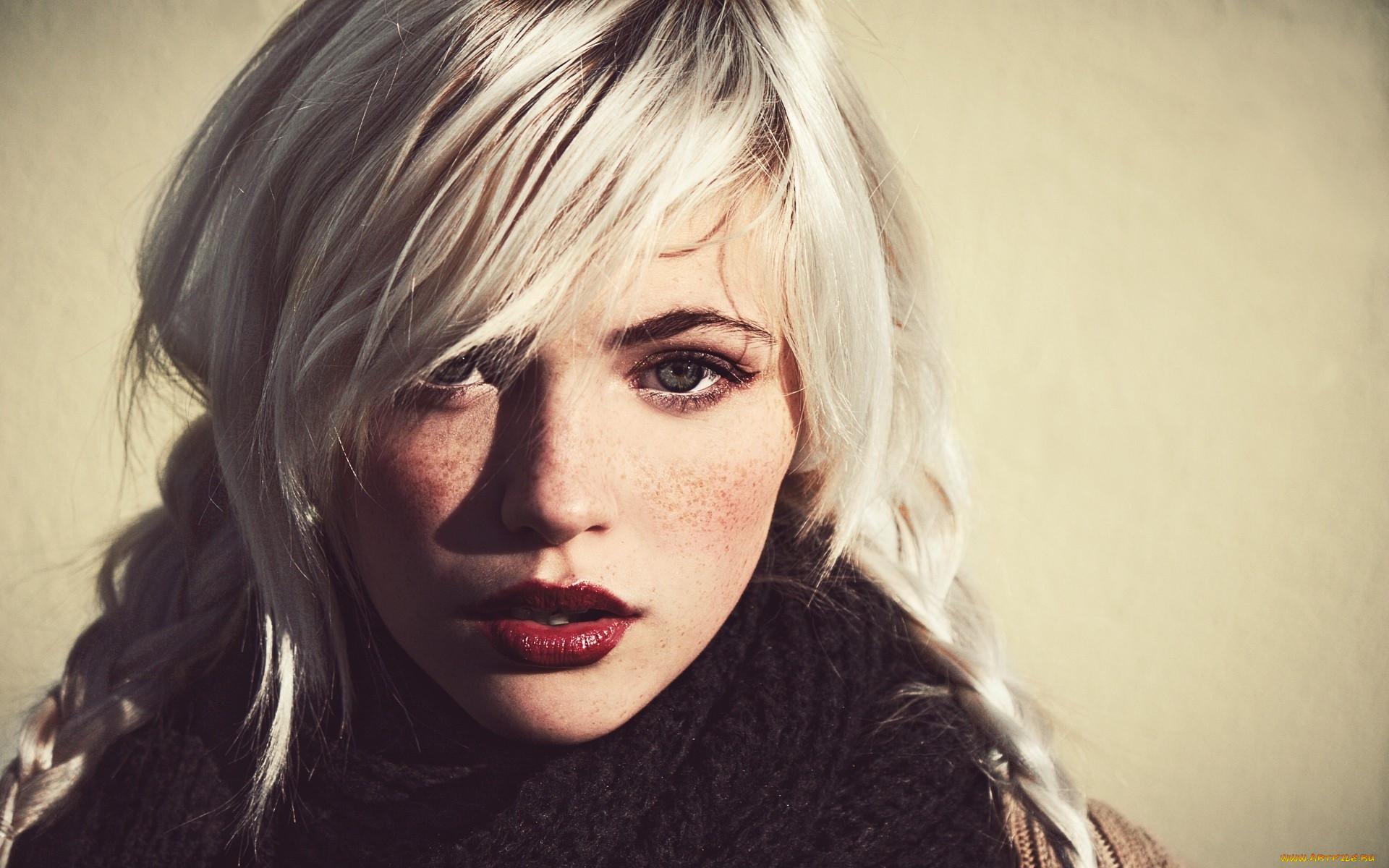 Девушка с белыми голосами фото